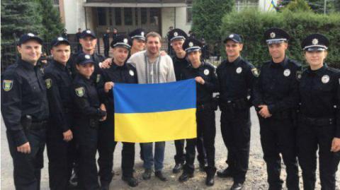 Український депутат зробив селфі з поліцейськими Львова (ФОТО)