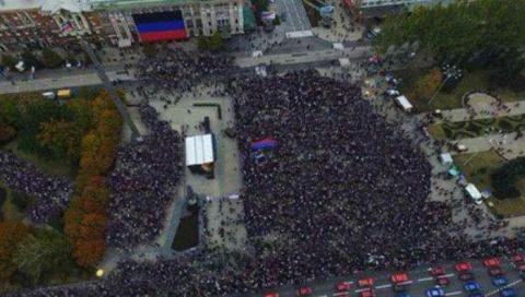 В «ДНР» для масовки «домалювали» людей на мітингу (ФОТО)