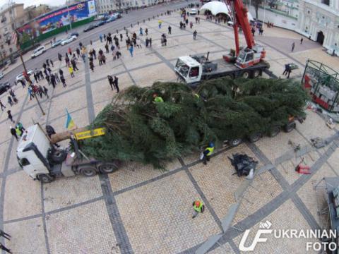 В Києві почали встановлювати новорічну ялинку (Відео з дрона, фото)