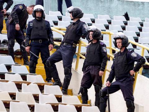 Поліція повертається на трибуни під час футбольних матчів