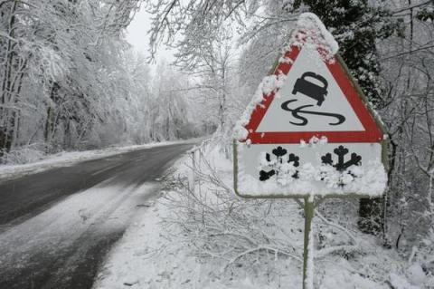 Завтра в Україні очікується невеликий сніг, хуртовини, на дорогах ожеледиця