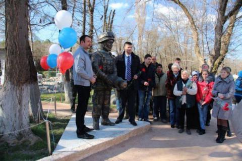 В Криму з'явився пам'ятник солдату, що гвалтує кота (ФОТО)