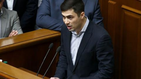 Колишній депутат Фірсов влаштував бійку, щоб дістатися трибуни (ВІДЕО)