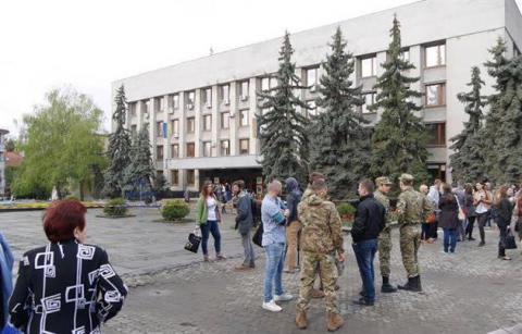 В Ужгороді замінували міськраду. Сесія зірвана (ФОТО)