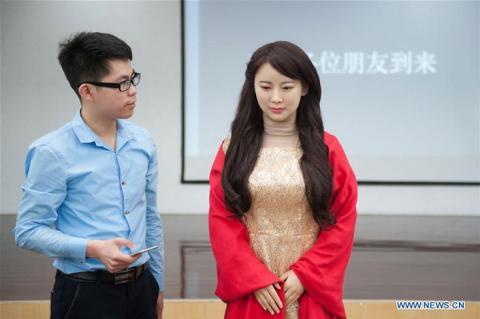 В Китаї створено жінку-робота, що жартує