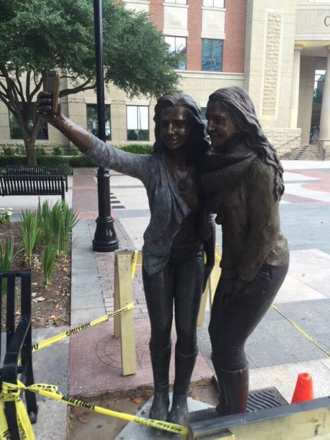 В Техасі з'явився пам'ятник «селфі»