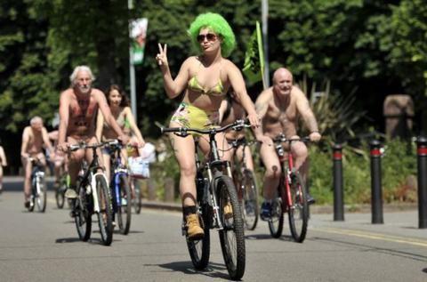 """""""Голий"""" заїзд велосипедистів відбувся в Саутгемптоні та Брістолі"""