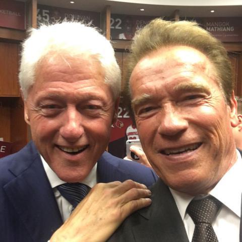 Арнольд Шварценеггер зробив веселе селфі з Біллом Клінтоном на похоронах Мохаммеда Алі