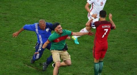 Футбольного фаната депортували за спробу обійняти Роналду (ВІДЕО)