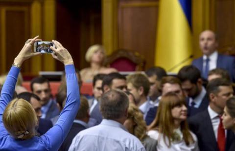 Парламент намагається працювати попри блокування