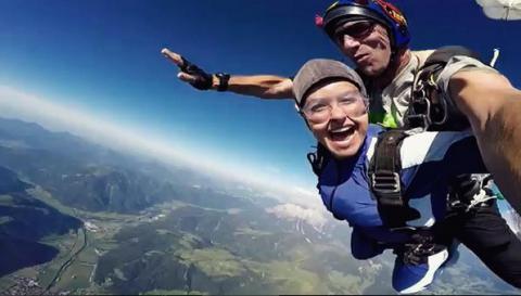 Кохана Володимира Кличка стрибнула з парашутом
