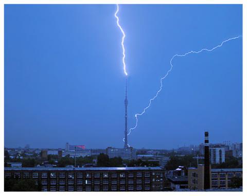 В Останкінську вежу вдарила блискавка (ВІДЕО)