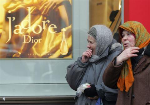 Переважна більшість українців вважають себе бідними