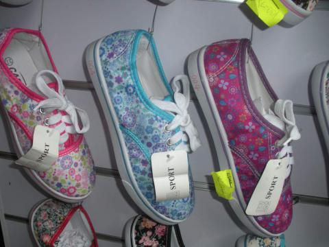 Мережі дешевого взуття покидають Україну