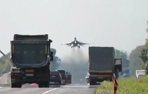 На трасу Київ-Чоп приземлилися бойові літаки (ФОТО ВІДЕО)