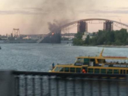 В Києві горить міст через Дніпро