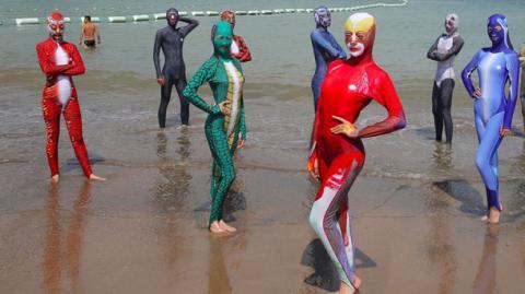 У Китаї набирають популярності купальні балаклави