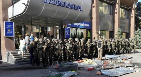"""Біля """"Київміськбуду"""" є постраждалі активісти та правоохоронці"""