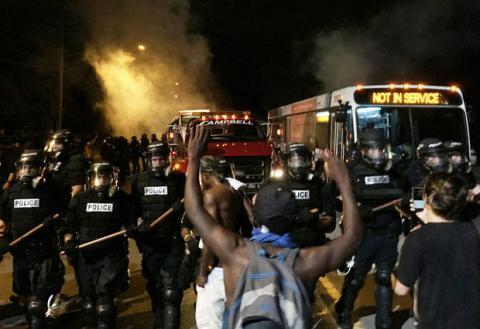 Бунт проти поліції в США: демонстранти відмовляються розходитись по домівкам