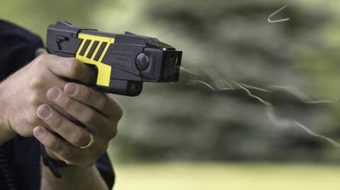 Для українських поліцейських закупили електрошокери