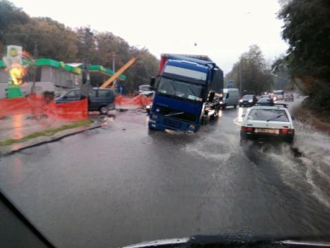 На відремонтованій дорозі у Львові провалилася фура