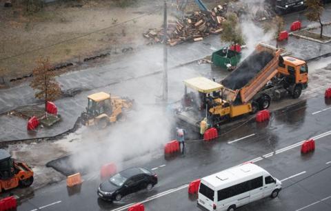 Ремонт доріг по-українські: У Києві асфальт поклали поверх калюж (ВІДЕО)