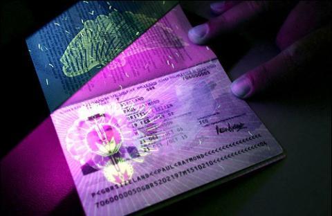 Вартість біометричних закордонних паспортів для українців знизять