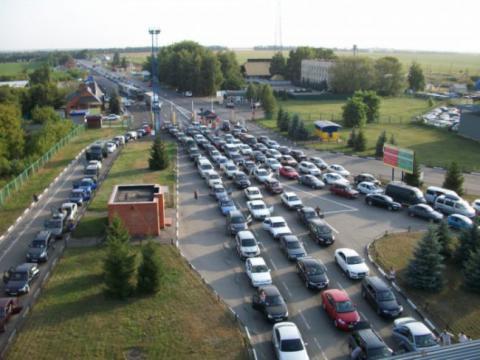 На кордоні з Польщею скупчилися майже 900 автомобілів
