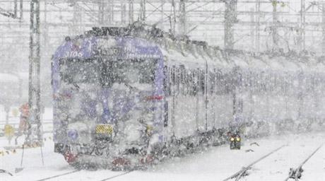 Близько 30 поїздів вибилися з графіка через негоду