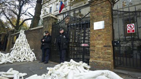 Під посольством Росії в Лондоні звалили близько 800 протезів