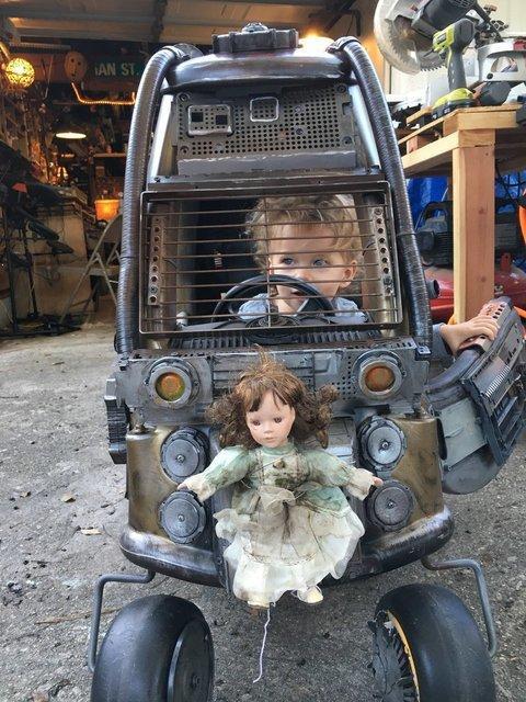 Чоловік перетворив іграшки своїх дітей на фантастичні автівки з бойовика (ФОТО)