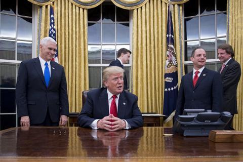 Трамп пішов з урочистої церемонії оголошення указів, забувши їх підписати