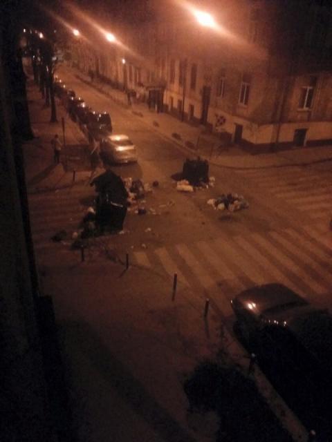Жителі Львова влаштували пікет: сміття виносять прямо на дорогу (ФОТО)