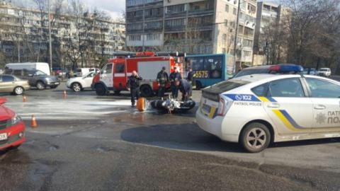 У Києві сталася аварія: позашляховик збив мотоцикліста