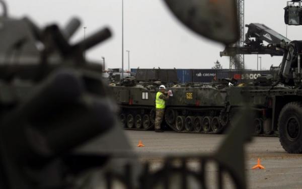 НАТО перекидує військову техніку на кордон з Росією (ФОТО)
