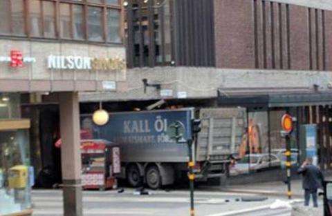 У центрі Стокгольма вантажівка в'їхала в натовп людей (ВІДЕО)