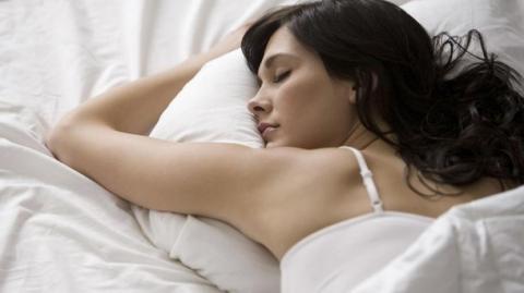 Вчені розповіли чому люди надають перевагу пізньому сну