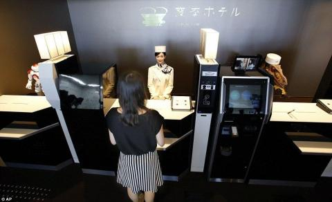 Бездушний сервіс: в японському готелі працюють одні роботи (ФОТО)