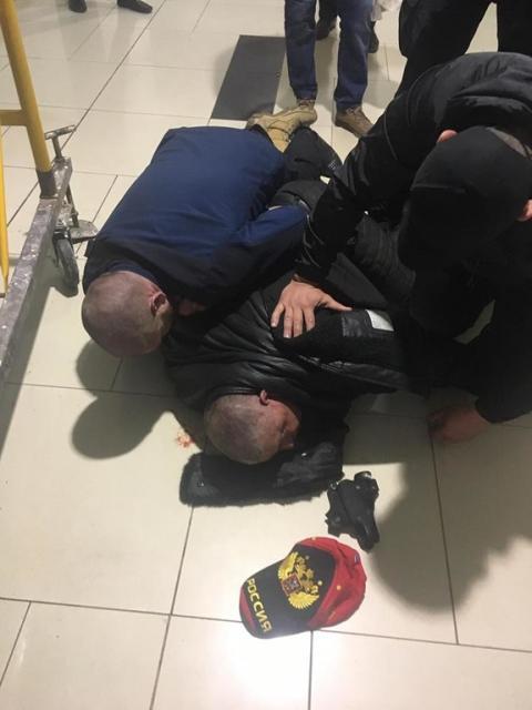 """Нетверезий та зі зброєю: в Одесі активісти спіймали адепта """"руського миру"""" (ФОТО, ВІДЕО)"""