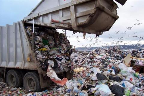 У Житомирській області заарештували вантажівку, яка перевозила львівське сміття