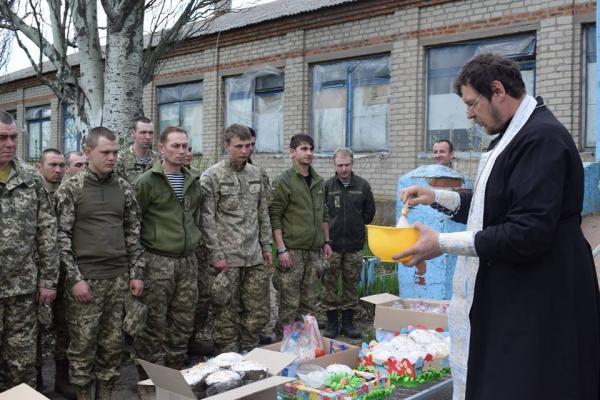 Великдень під кулями: українські військові на фронті теж освятили паски (ФОТО)