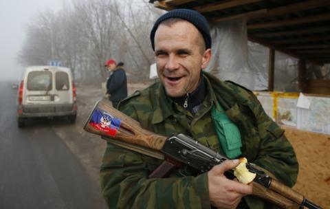 """На Донбасі кадровий офіцер РФ жорстко побив жінку через """"непокору"""", — ГУР"""