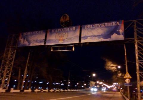 """Бойовики """"ДНР"""" нагадують місцевим жителям, де вони живуть (ФОТО)"""