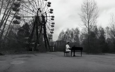 Український музикант вшанував пам'ять загиблих, знявши кліп в Чорнобилі (ВІДЕО)