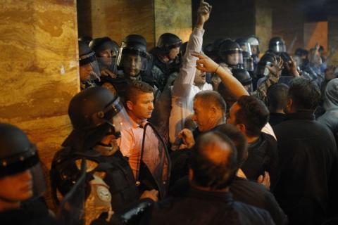 У Македонії активісти влаштували самосуд над депутатами: постраждали понад 50 осіб (ФОТО)