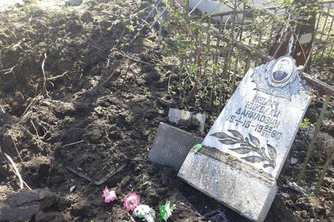 """Нічого святого: бойовики обстріляли з """"Градів"""" кладовище"""