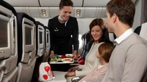 Вчені пояснили, чому їжа в літаку здається несмачною