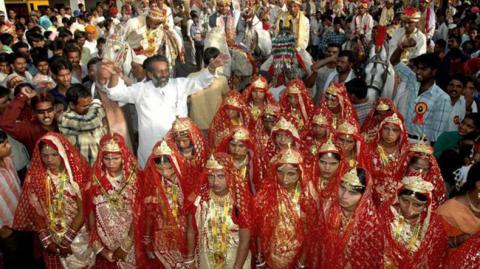На весіллі в Індії нареченим подарували біти, щоб вони могли захищатися від п'яних чоловіків