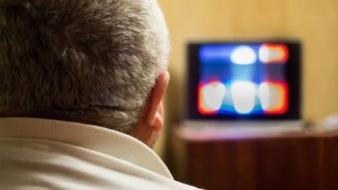 Вчені пояснили, чому небезпечно їсти перед телевізором