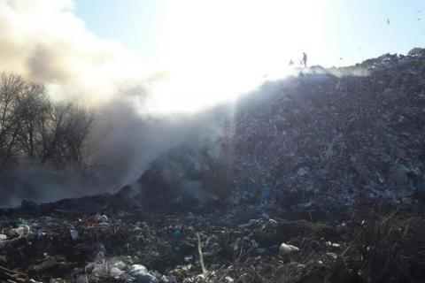 Пожежники вже добу боряться з пожежею на сміттєзвалищу в Харківській області